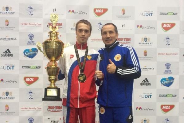 На пути к золоту подопечный Фаригата Касымова (справа) Артем Рахимов (слева) одержал три победы