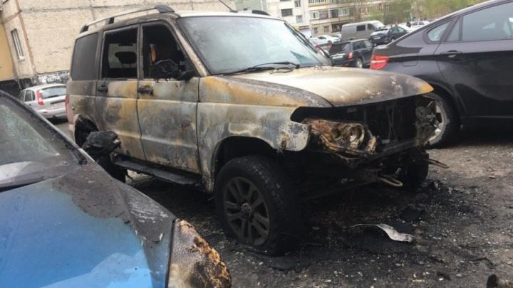 Огонь перекинулся с одного автомобиля на другой: ночью на Ямской сгорели две машины