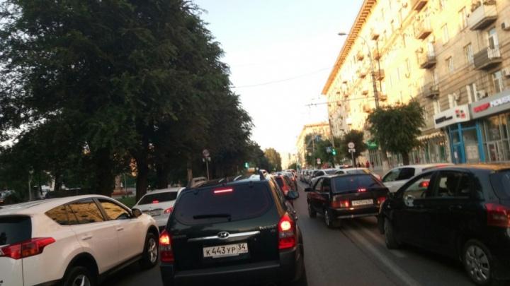 Центр Волгограда встал в огромную пробку из-за перекрытого проспекта Ленина