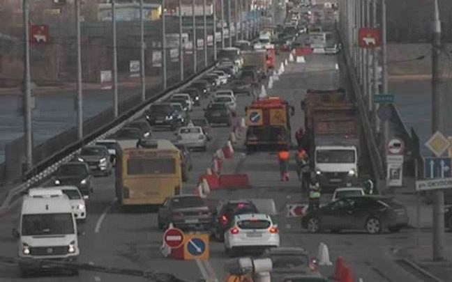 Из-за ремонта Коммунального моста в Перми образовалась многокилометровая пробка