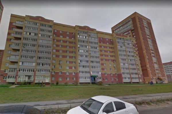 Несчастный случай произошел накануне, 29 мая. Ребенок выпал из окна квартиры дома № 20 на бульваре Бориса Щербины