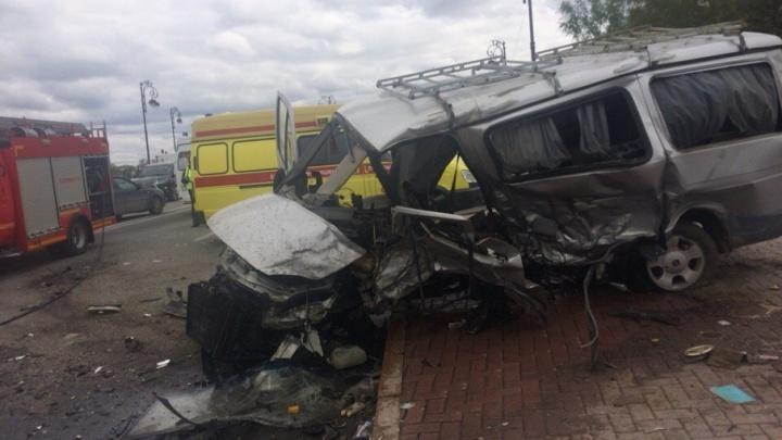 Из-за участившихся аварий автомобилистам запретят остановку вдоль дороги в районе Моста влюбленных
