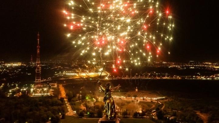 Волгоград отпраздновал День Победы: ярким завершением стали два салюта над городом-героем