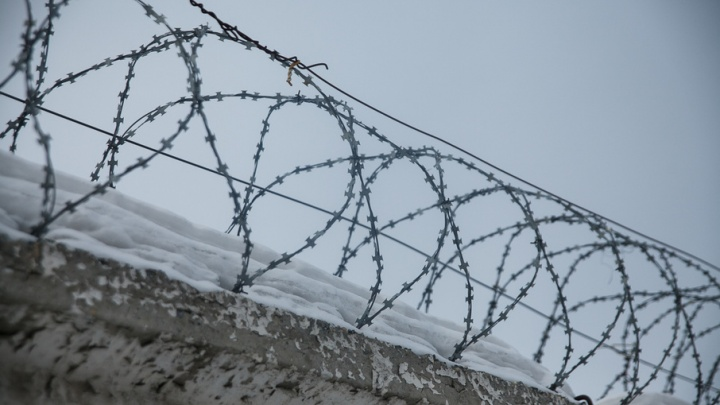 В Тюмени осудили четырех мужчин, которые в подъезде поочередно изнасиловали девушку