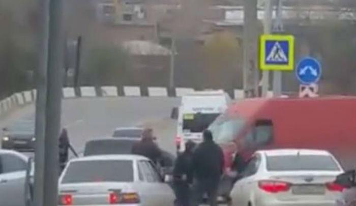 В Ростове не поделившие дорогу водители устроили потасовку на проезжей части