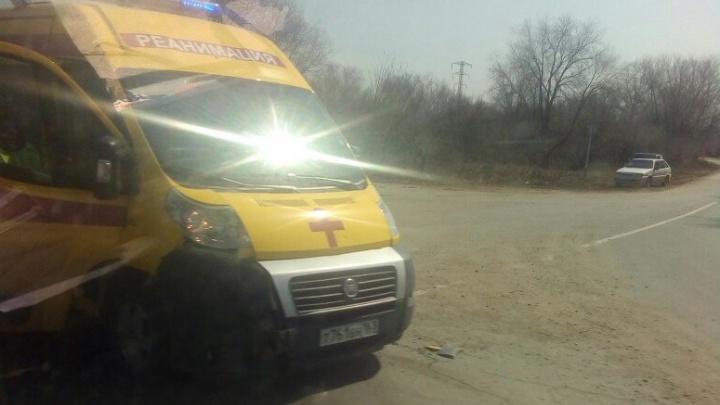 На трассе под Самарой легковушка врезалась в машину реанимации и вылетела в кювет