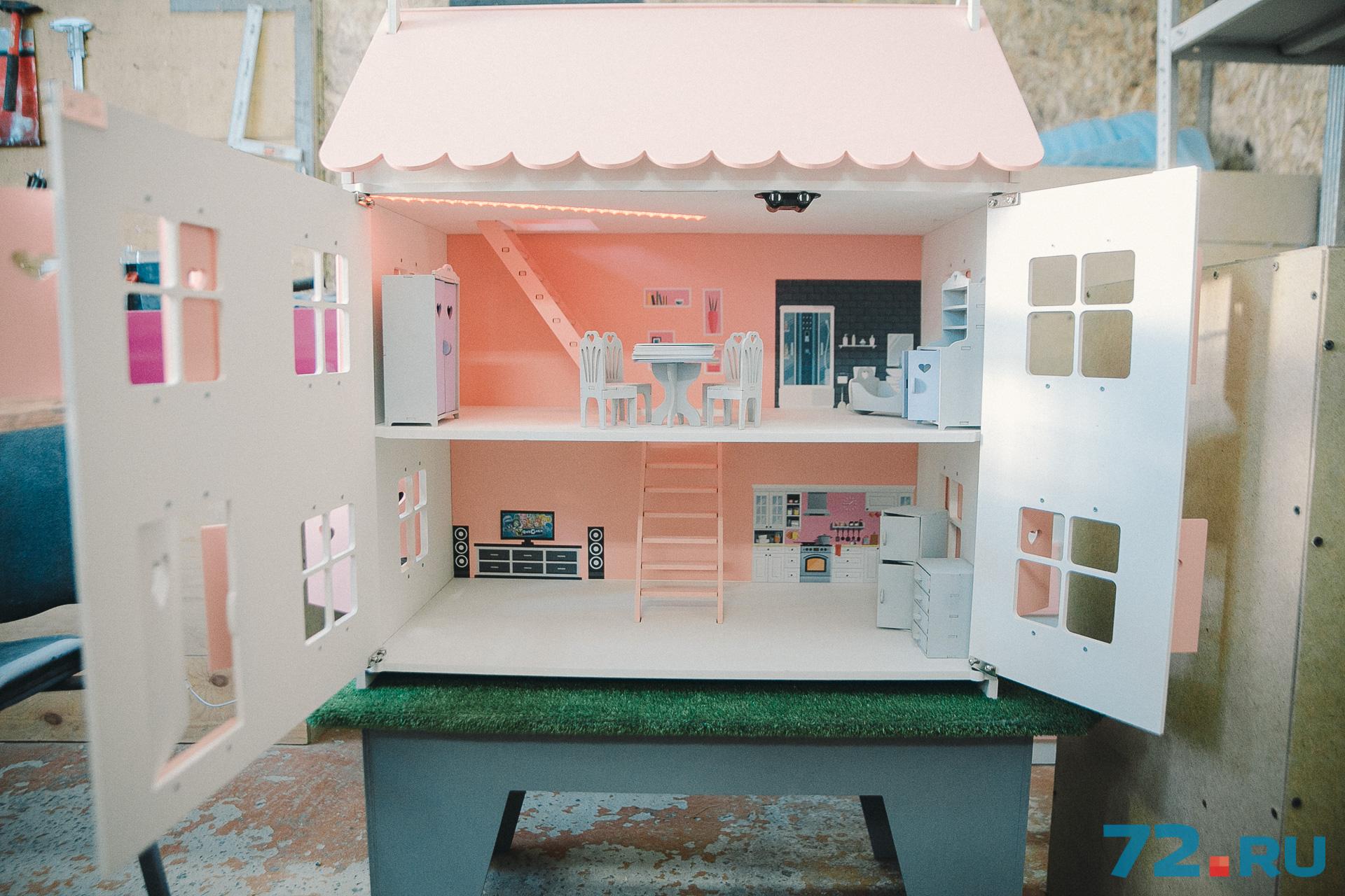 В тюменской мастерской делают домики высотой до 96 сантиметров. Скоро планируют построить 130-сантиметровый замок для Барби