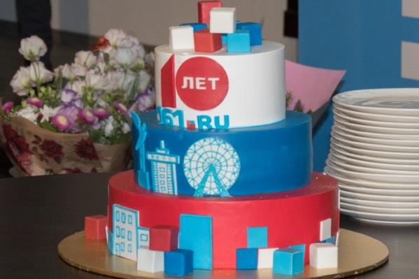 Юбилейный торт с изображенными на нем главными достопримечательностями Ростова-на-Дону