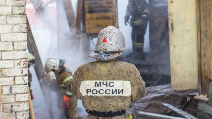 На улице Мира спасатели тушили строительный вагончик