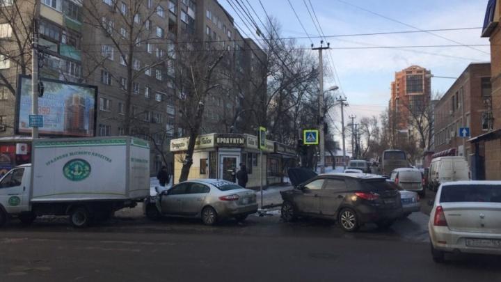 На пересечении Текучева и Доломановского столкнулись три автомобиля