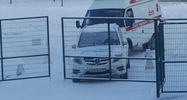 В Мичуринском Mercedes с символикой сборной России и блатным номером заблокировал скорой проезд к дому