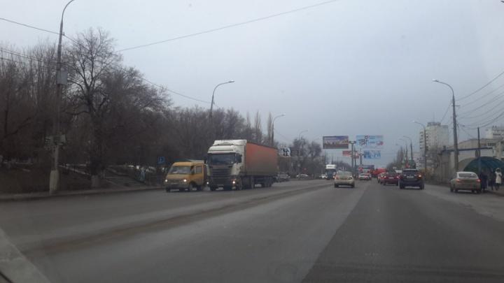 В Советском районе Волгограда столкнулись маршрутка и грузовик
