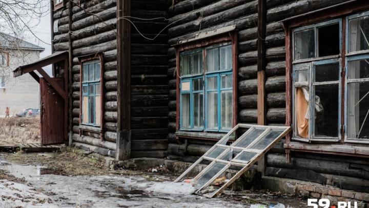 «Только бы проснуться живыми»: жильцы аварийного дома в Чусовом боятся, что он обрушится на них