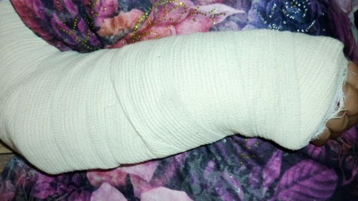 Тюменская пенсионерка сломала руку, поскользнувшись в тамбуре больницы