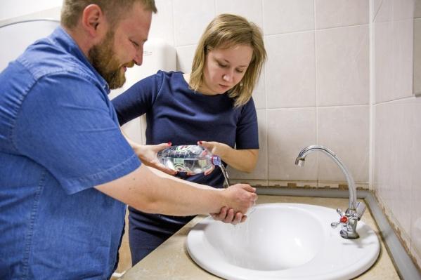 Многие ростовцы по-прежнему не могут пользоваться водой из под крана — покупают бутилированную