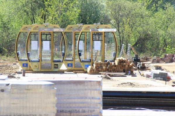 Кабинки для нового аттракциона пока стоят на строительной площадке