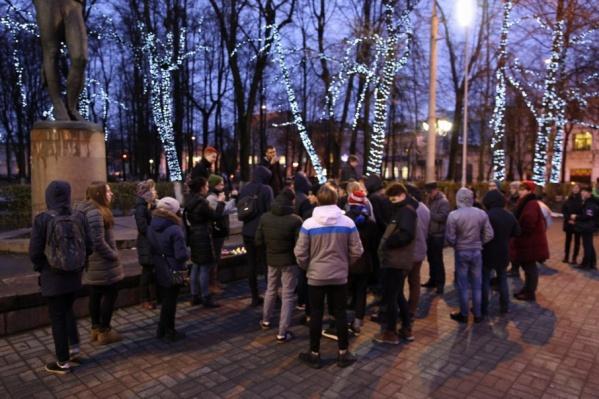 Около памятника собралась большая толпа
