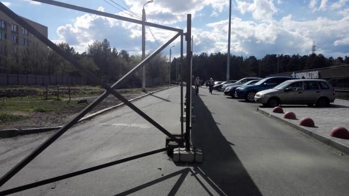 Забор посреди дороги к памятнику Курчатову возмутил челябинцев
