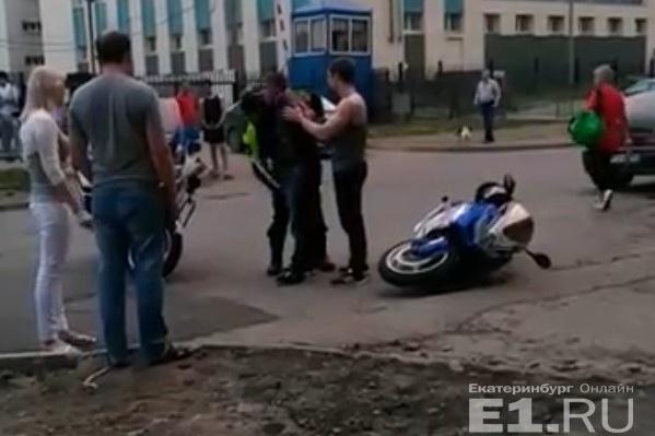 Байкер бросил мотоцикл и попытался скрыться во дворах.