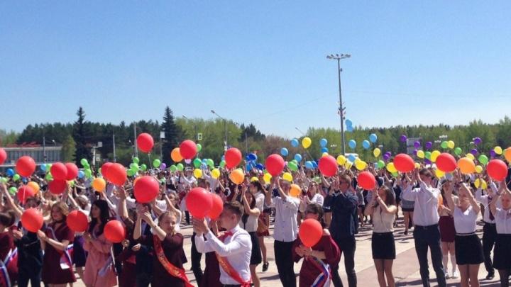 «Интерсвязь» закружила выпускников: тысячи школьников станцевали вальс на уличном флешмобе