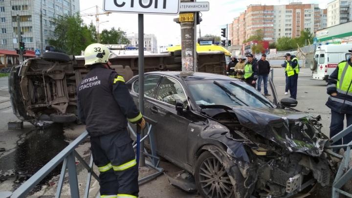 Водитель Lexus, протаранивший микроавтобус в центре Перми, был лишен водительских прав