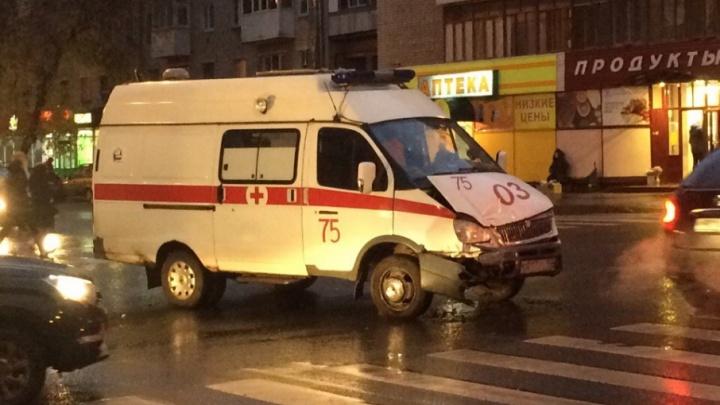 Пострадали два фельдшера: в Самаре SKODA не уступила дорогу «газели» скорой помощи