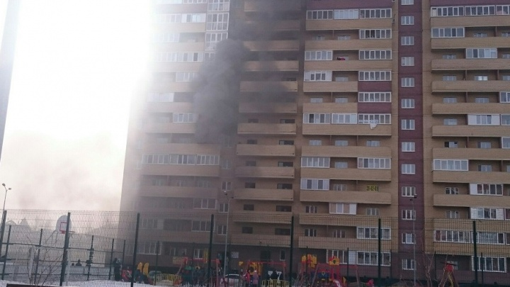 Из-за пожара в многоэтажке на Верхнетарманской спасатели эвакуировали 15 человек