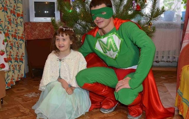 Супергерой из «МАНа» раздал новогодние подарки