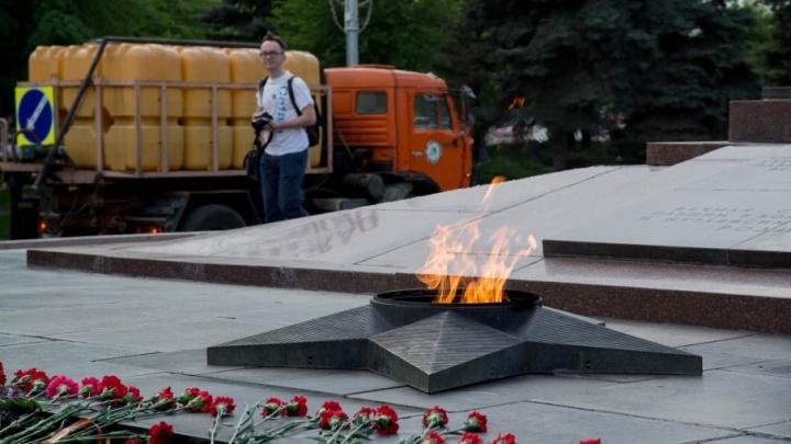 В Волгограде Вечному огню устроили водные процедуры накануне 9 Мая