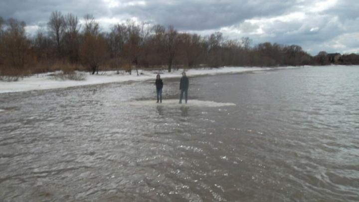 Два подростка уплыли к середине реки на оторвавшейся льдине