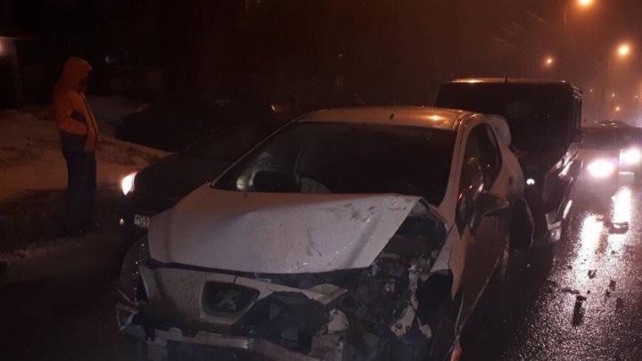 Принцип домино: на Димитрова водитель Mercedes врезался в 4 автомобиля и сбежал