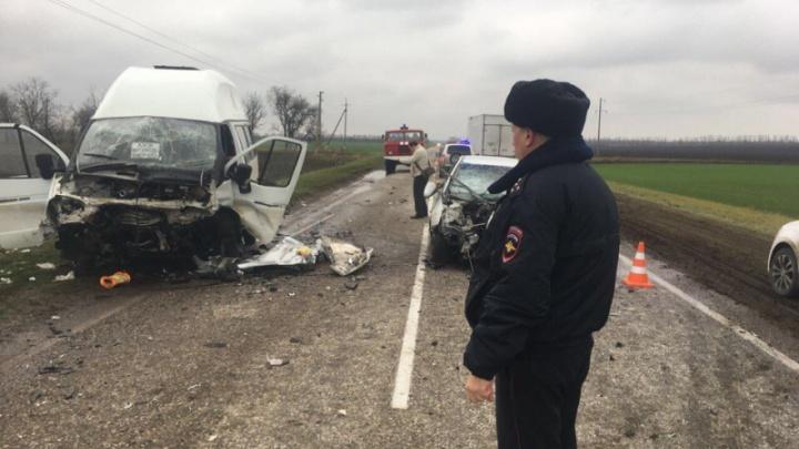 Врачи борются за жизнь водителя микроавтобуса, пострадавшего в аварии под Азовом