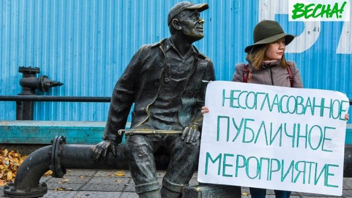 На остановке и в троллейбусе: активисты устроили фотосессию в поддержку пермских сторонников Навального