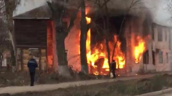 Стояли и смотрели: в Самаре на Советской сгорел расселенный дом