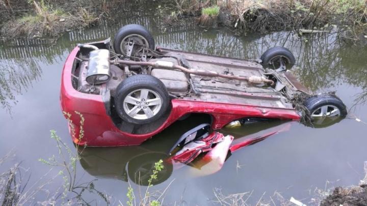 В Боровском погиб пассажир иномарки, которая опрокинулась в кювет с водой