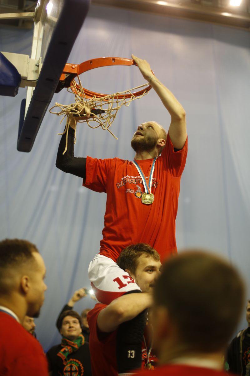 По традиции после победы по итогам сезона чемпионы срезали сетку с баскетбольного кольца на память.