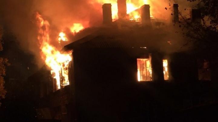 На Обводном канале произошел пожар в деревянном доме