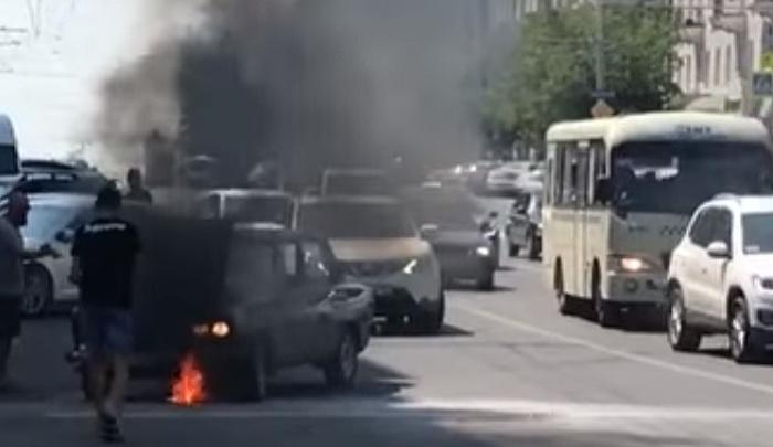 В Ростове возле ЦУМа сгорел автомобиль