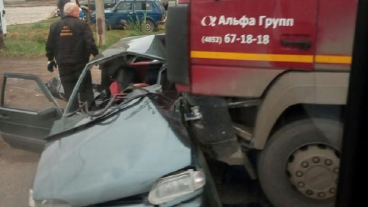 Видео смертельного ДТП в Брагино: водитель легковушки выскочил на дорогу под колеса грузовика