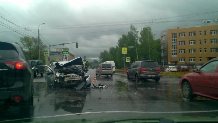 Авария на мокрой дороге в Ярославле: «десятка» всмятку