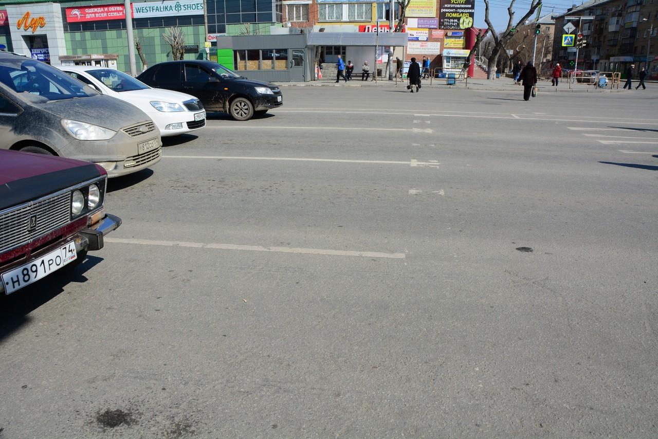 Пока же водители предпочитают останавливаться за несколько метров до едва видимой стоп-линии