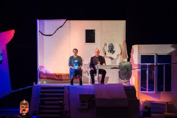 Пьеса, по которой поставлен спектакль, рассказывает о встрече двух немолодых и не очень счастливых людей