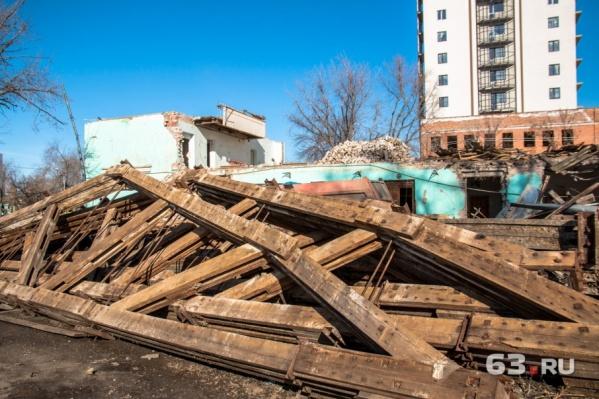 Сейчас с территории стадиона убирают руины