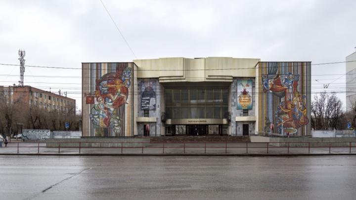 Волгоградский ТЮЗ не смог избавиться от дикой парковки у входа в театр
