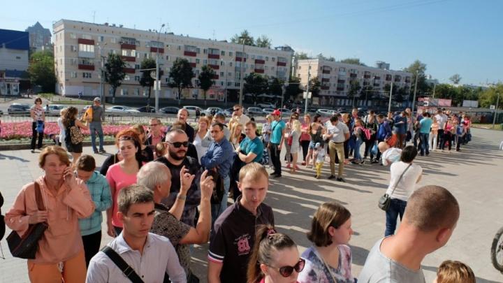 За стартовыми пакетами участников пермского марафона выстроилась длинная очередь