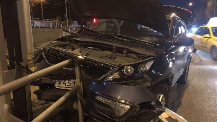 В результате ДТП на Ново-Садовой KIA протаранил металлическое ограждение