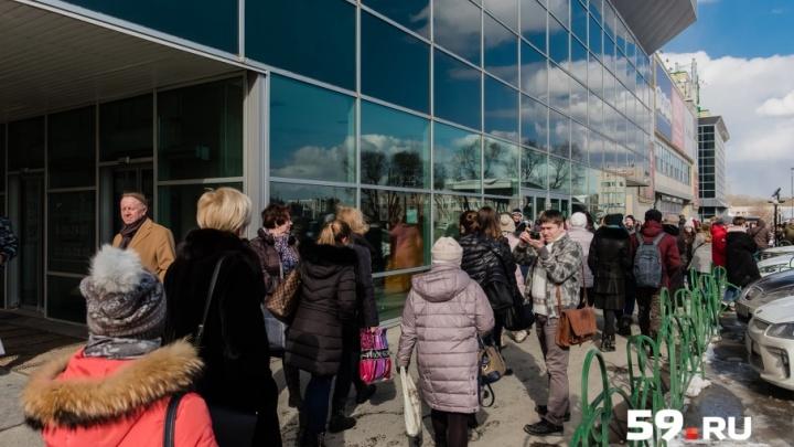«Люди сами не пошли на улицу»: при эвакуации из пермского ТРК «Семья» в выходах застряли 20 человек