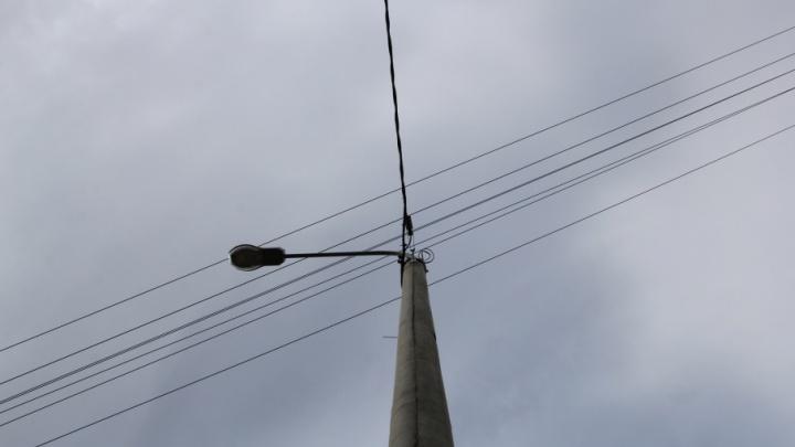 «Морозилки текут, продукты портятся»: в посёлке Приозерный третий день живут без электричества