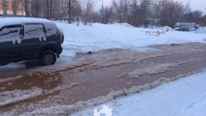 В Перми из-за прорыва трубы затопило улицу Карпинского