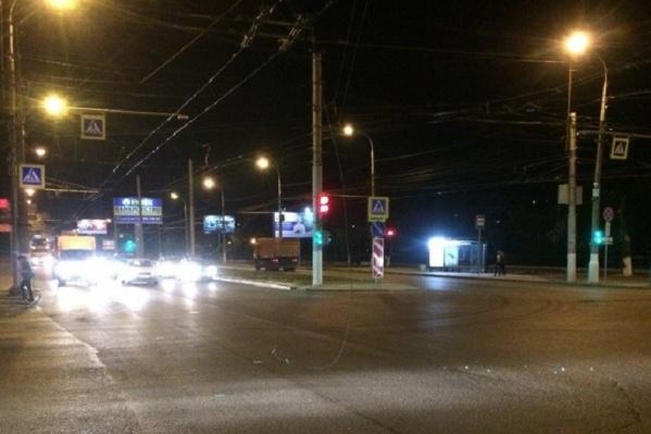 Оторванный провод встречал машины на оживленном перекрестке
